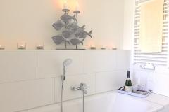 00025-Grosses-Badezimmer-Badewanne