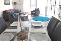 1_0002-Wohnzimmer-und-gedeckter-Tisch-Essecke