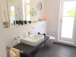 Südkap Pelzerhaken Penthouse Ferienwohnung mit grossem Badezimmer und Dusche und Badewanne