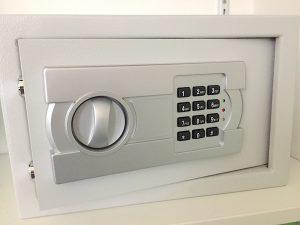 Eingebauter Safe im Abstellschrank der Ferienwohnung