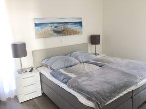 Südkap Pelzerhaken Penthouse Ferienwohnung Schlafzimmer mit Boxspring Doppelbett